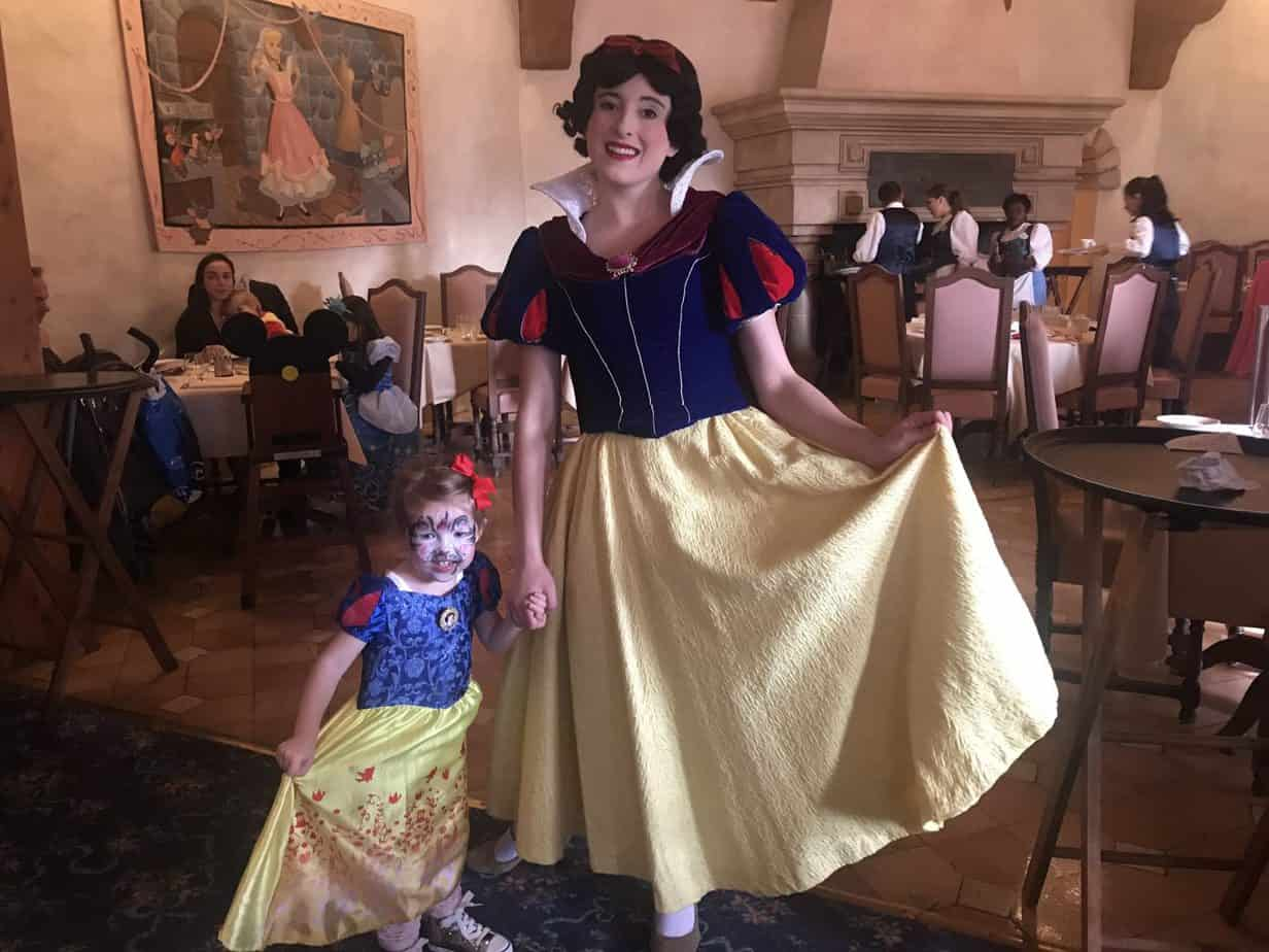 W meeting Snow White at Auberge de Cendrillon
